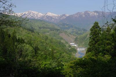 振り返ります。姫川の流れが下の...