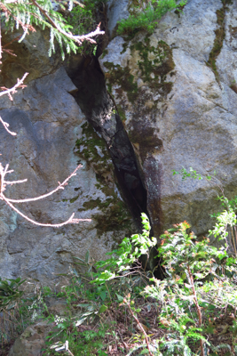 ・・・割れている。その大岩の左...