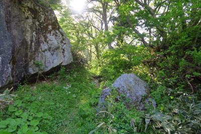 大岩の上部出た。さらに大岩の脇...