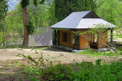 池の畔に休憩所があります。...