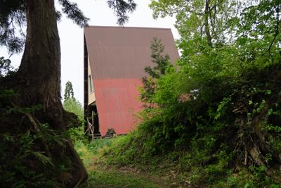 松平山荘、と書かれた三角屋根の...