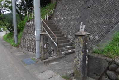 この階段を上がっていくと仁王堂...