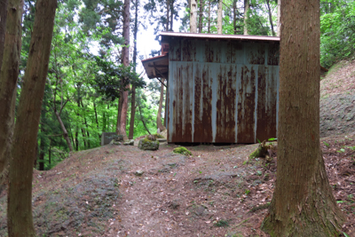 近くに小屋がある。...