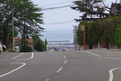 坂の向こうに日本海が見える。...
