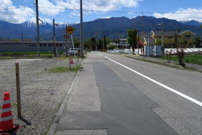 国道を左折して、踏切を渡り、突...