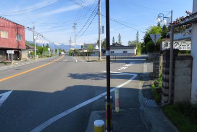ここを右に進む。奥の交差点で右...