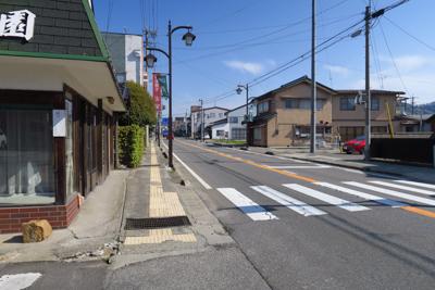 左折して、しばらくは大通りを進...