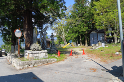 竃神社の脇を通ります。この神社...