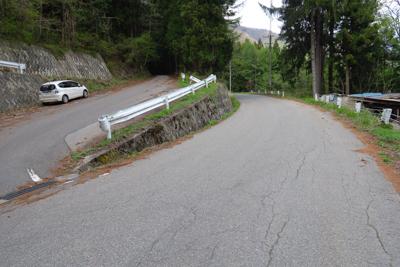 右の直進が湖畔道路で恐らくほぼ...