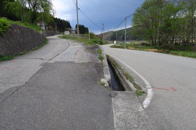 道標の矢印の通り再び湖畔道路を...