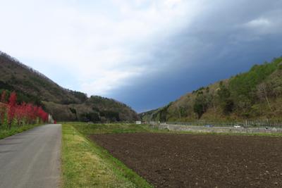 中央の左右から迫っている山の間...