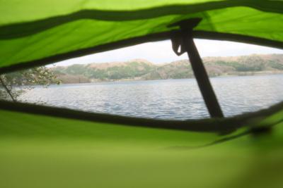 テント内からも湖がよく見える。...