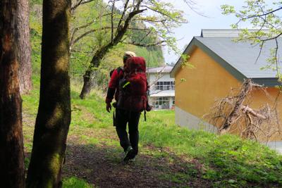 学校の裏を歩く。...