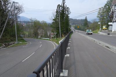 分岐。右が直進で高架橋を渡る。...