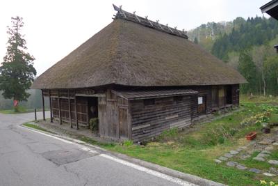 茅葺き屋根の家が・・・...