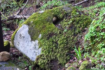岩に綱を通すための穴が開いてい...