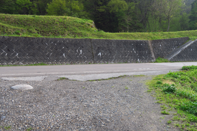 ・・・舗装路に出た。ここを右折...
