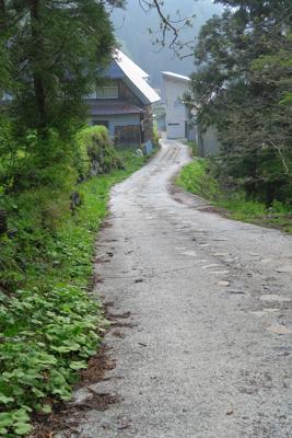 民家の間を縫うように細い道を進...