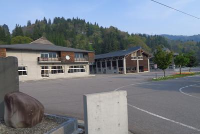 左側に小谷小学校がある。校門を...