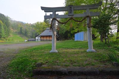 諏訪神社の鳥居の向こうの右側に...