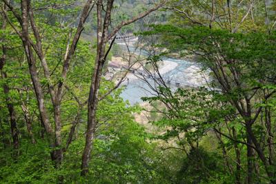 右下には姫川の流れが見える。...