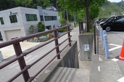 道の駅の駐車場の脇に、国道の脇...