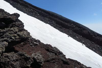 夏道の横には雪渓が横たわってい...