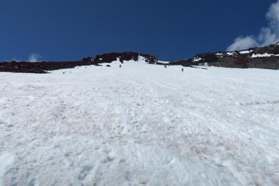 ひたすら雪渓を直登。...