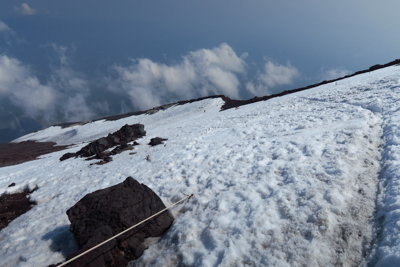 山頂直下の岩場地帯を抜けて雪渓...