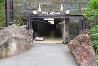 駐車場からトンネルをくぐってバ...
