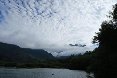 こっちは穂高方面。やっぱ、雲が...