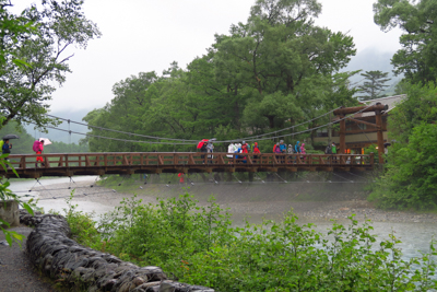 河童橋。雨だけど昨日より人は多...