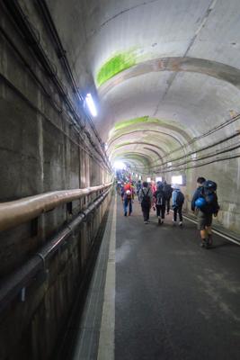 ・・・トンネル内を歩く。...