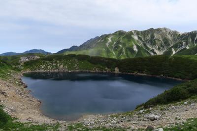 みくりが池。正面の山の奥に剣岳...
