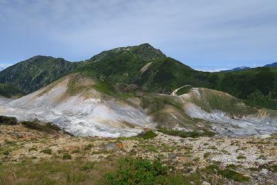 地獄谷。正面の山は奥大日岳。...