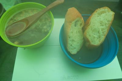 朝食はコンソメスープにフランス...