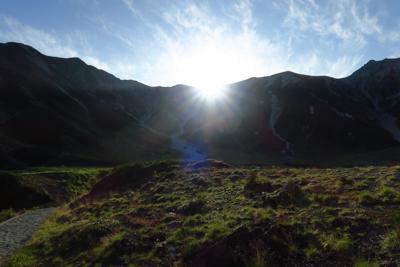 おっ! 稜線から太陽が出た。暑...