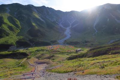 少し登った所からキャンプ場を見...