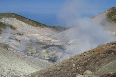稜線の向こう側は地獄谷。昨日よ...