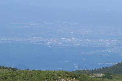 遠くに富山の町並みが見える。...