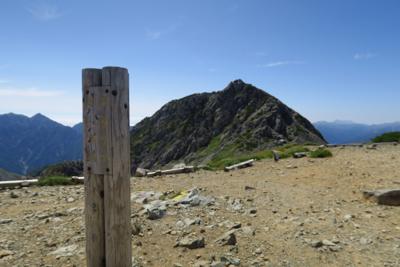 浄土山南峰。奥に見えるのが竜王...