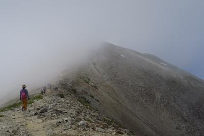真砂岳方面はガスが広がっている...