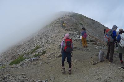 正面の山が真砂岳。そこから1時...