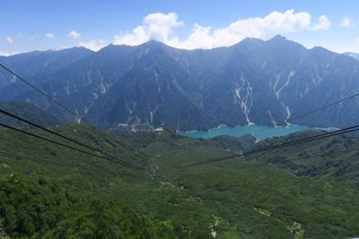 黒部湖の向こうが後立山連峰が見...