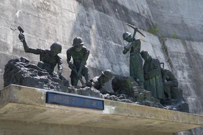 殉職者たちの碑があった。たしか...