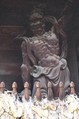 ・・・仁王像がある。...