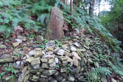古そうな石碑だけど、文字は全く...