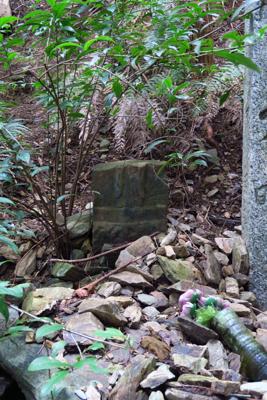 横にある石碑は折れてる。...
