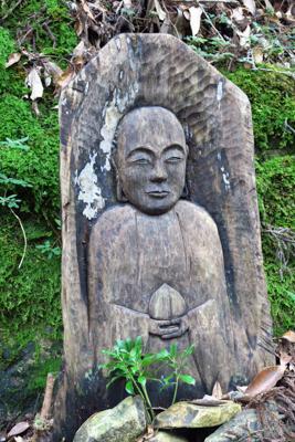 こっちは珍しく木の仏像だ。この...
