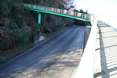 歩道橋の下には道があった。圏央...
